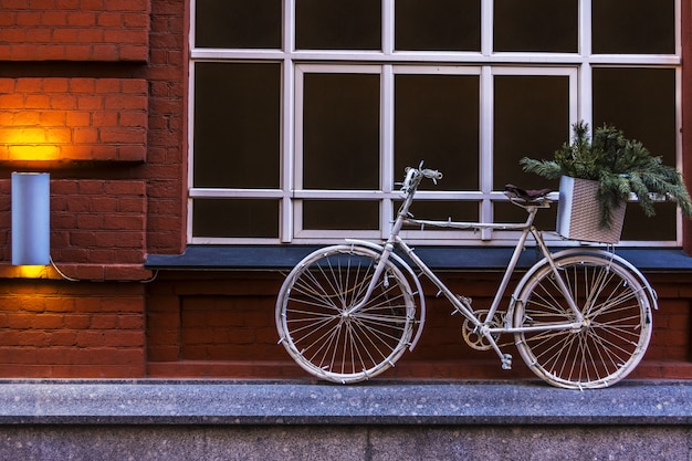 Bicicleta velha na cidade velha. moscou