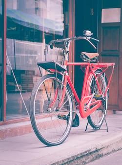 Bicicleta vermelha em pé na rua