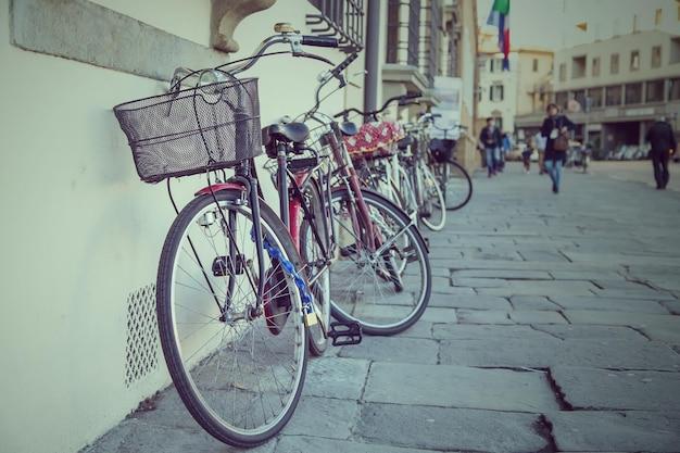 Bicicleta vintage ao lado da estrada em florença, itália.