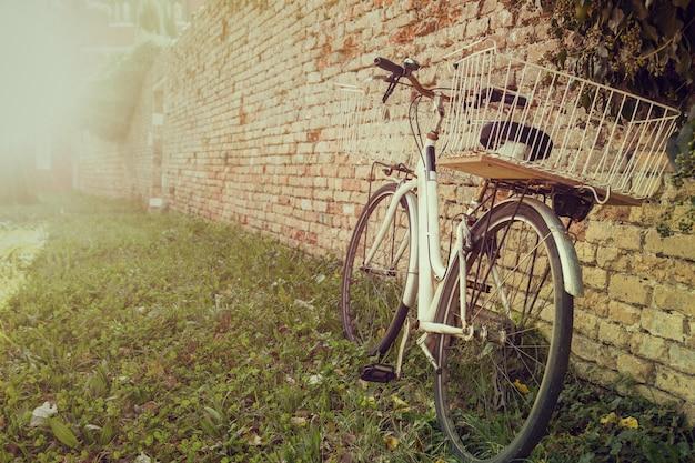 Bicicleta vintage, bicicleta retro e antiga em murano, itália.