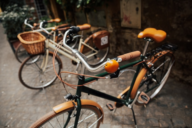 Bicicleta vintage, bicicletas marrons e brancas na rua da cidade de roma.