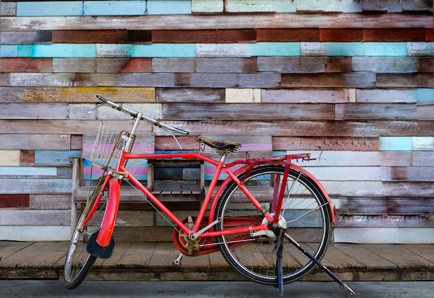 Bicicleta vintage com fundo de madeira velho