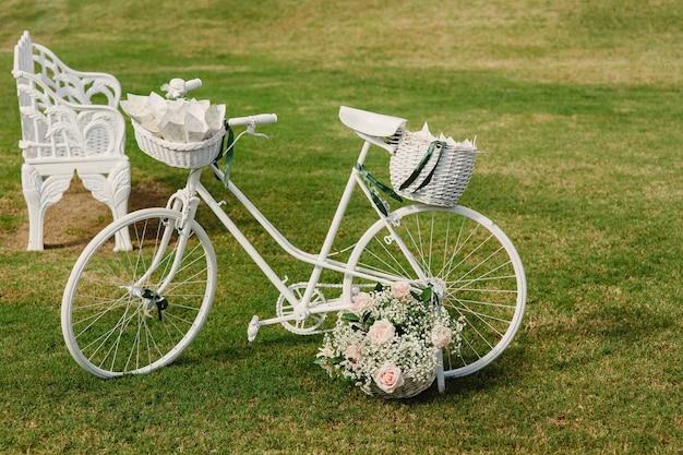Bicicleta vintage decorada em um casamento.