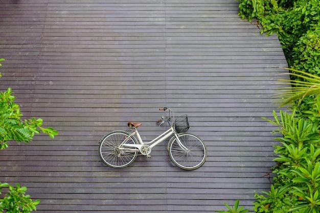 Bicicleta vintage no piso de madeira no parque sri nakhon khuean khan e jardim botânico