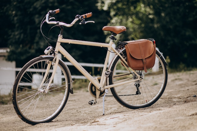 Bicicleta vintage sozinha na areia