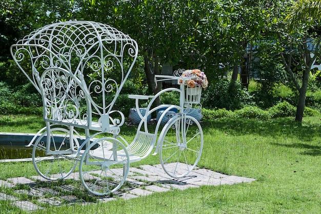Bicicletas brancas no jardim de volta.