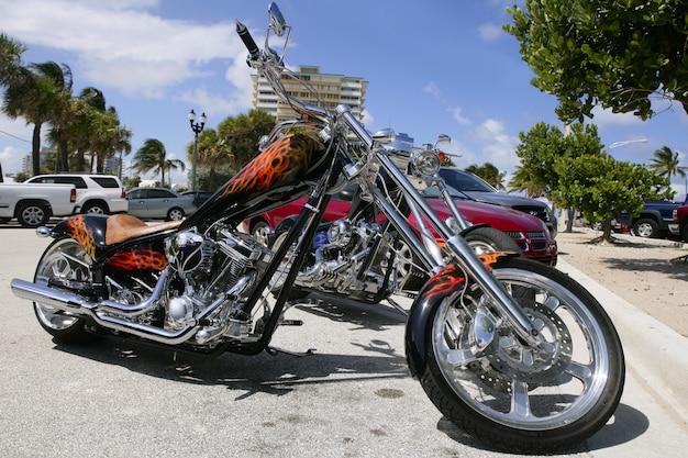 Bicicletas da flórida na praia estacionamento em um verão ensolarado