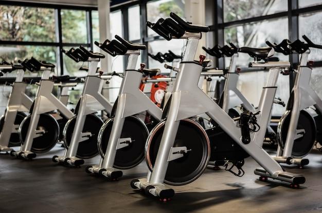 Bicicletas de exercício em um ginásio