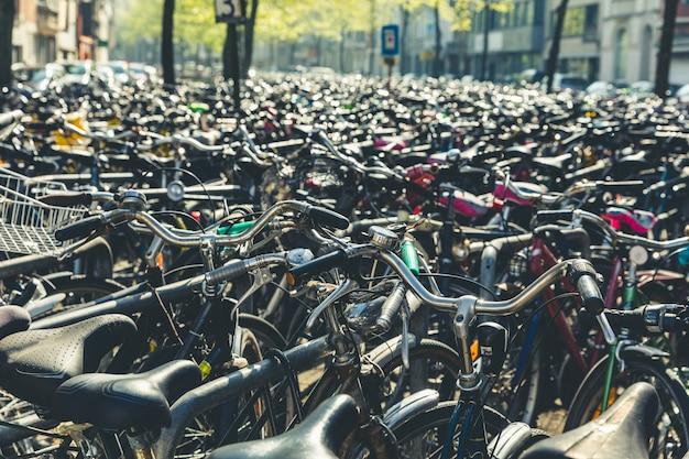 Bicicletas e bicicletas da cidade em bruxelas