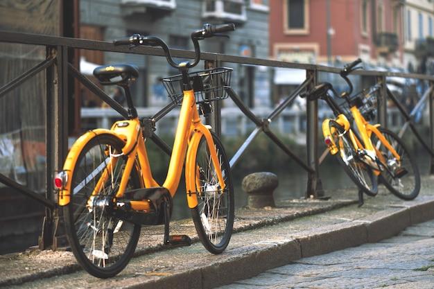 Bicicletas em milão itália estão disponíveis para o bilhete de transporte público