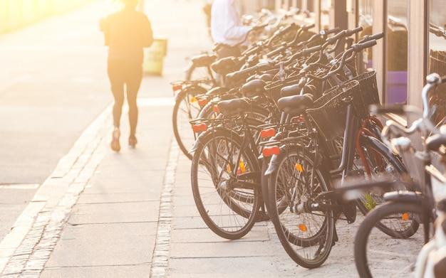 Bicicletas estacionadas ao longo da estrada em copenhaga
