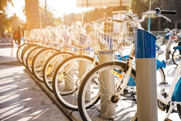 Bicicletas estão em um estacionamento para alugar na cidade