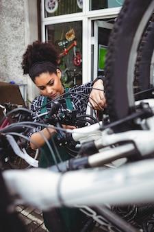 Bicicletas examinando mecânico
