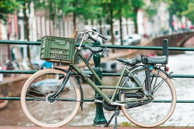 Bicicletas na ponte em amsterdão holanda bela vista dos canais no outono