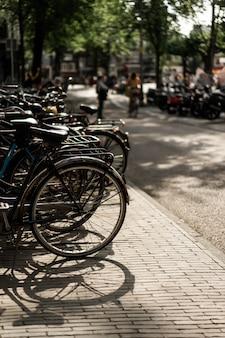 Bicicletas na rua. amesterdão