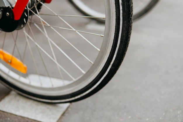 Bicicletas para alugar. substituição de pneus e bicos de bicicleta. compra de bicicleta. modo ecológico de transporte urbano. conceito ativo de esporte. tipos de transporte. sem danos ao meio ambiente