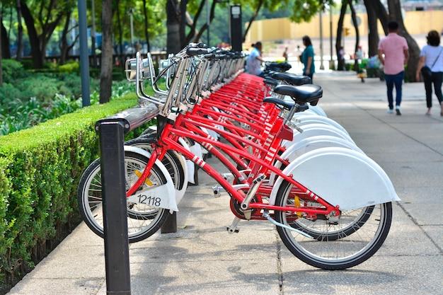 Bicicletas vermelhas para alugar na cidade