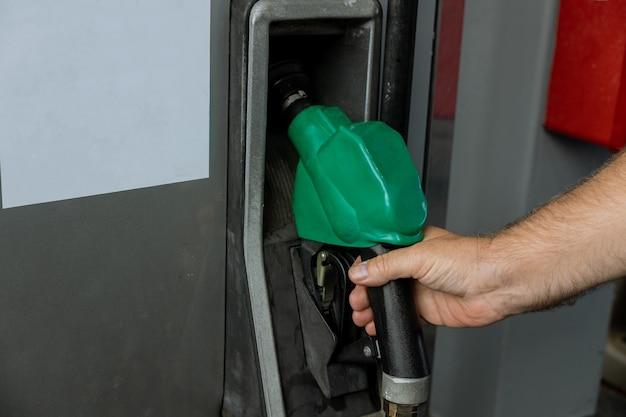 Bicos de bomba de gasolina em posto de gasolina para reabastecimento de carro em posto de gasolina