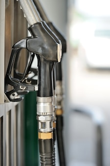 Bicos de bomba no posto de gasolina
