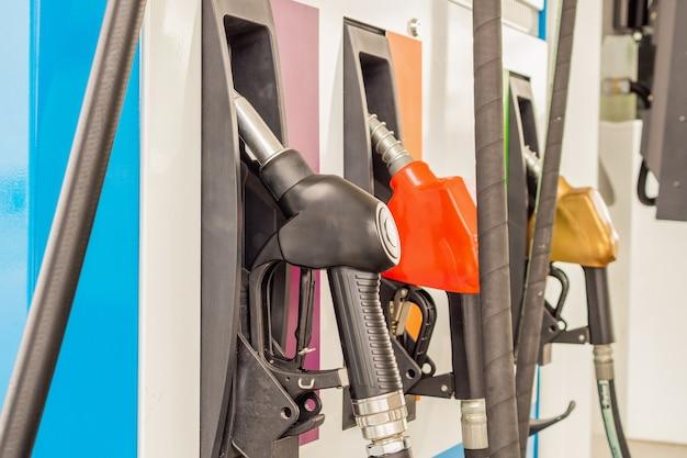 Bicos de enchimento de gasolina na bomba do posto de gasolina