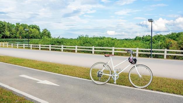 Bicycle na pista da bicicleta no parque chiang rai de singha, tailândia.