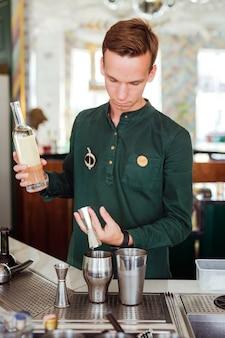 Bielorrússia, minsk - 19.06.2020: barman fazendo um cocktail
