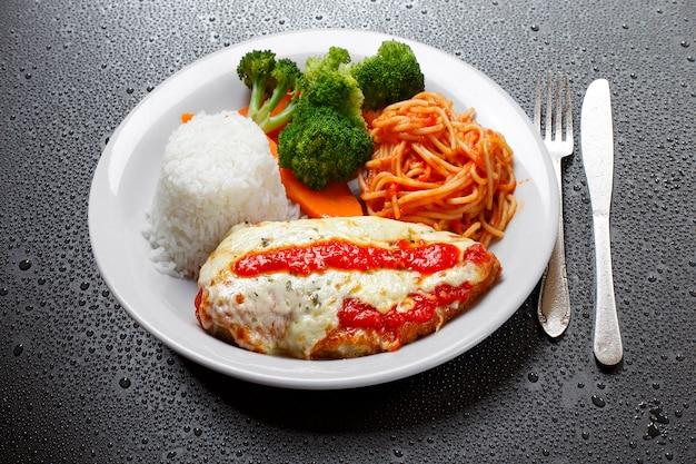 Bife à parmegiana com arroz, legumes e macarrão