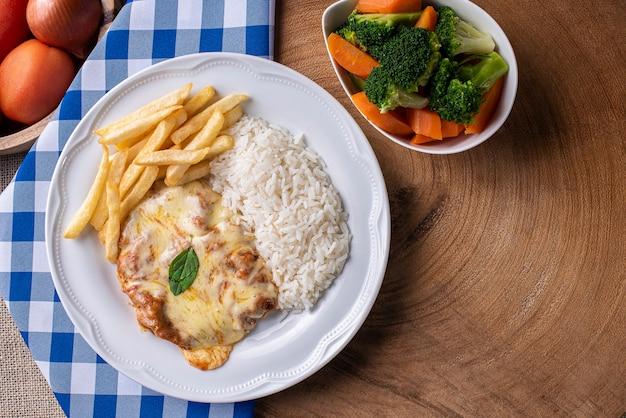 Bife à parmigiana com arroz e legumes
