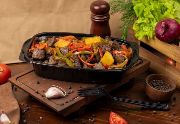Bife baebacue, churrasco com batatas grelhadas e pimentão