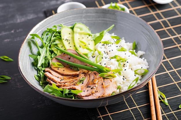 Bife caseiro fatiado em fatias e tigela de arroz com salada. menu de dieta.