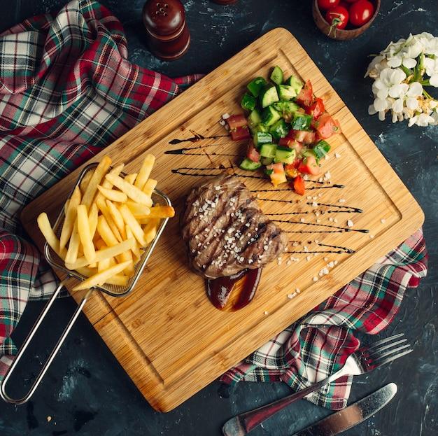 Bife com legumes grelhados e batatas fritas