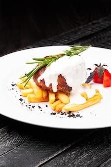 Bife com molho cremoso e batata frita