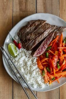 Bife com salada e arroz. comidas e bebidas, vista superior