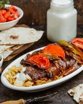 Bife com tomate e pimenta fresca