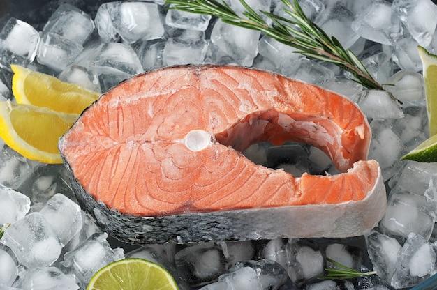 Bife congelado de salmão em cubos de gelo
