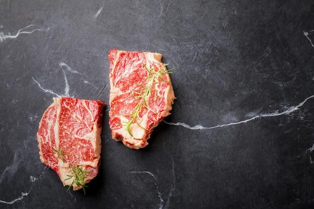 Bife cru da carne da carne fresca alimento de partido.