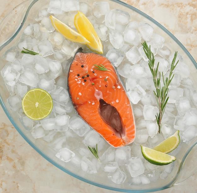 Bife cru de salmão em cubos de gelo
