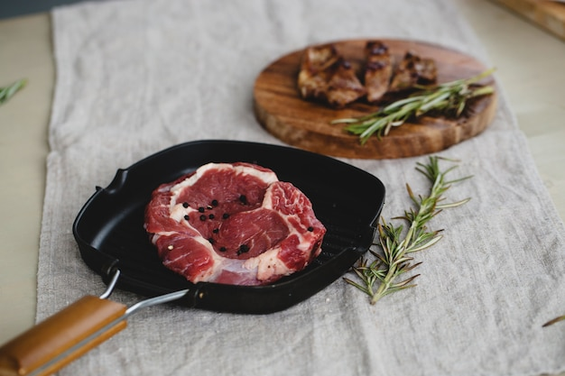 Bife cru e grelhado