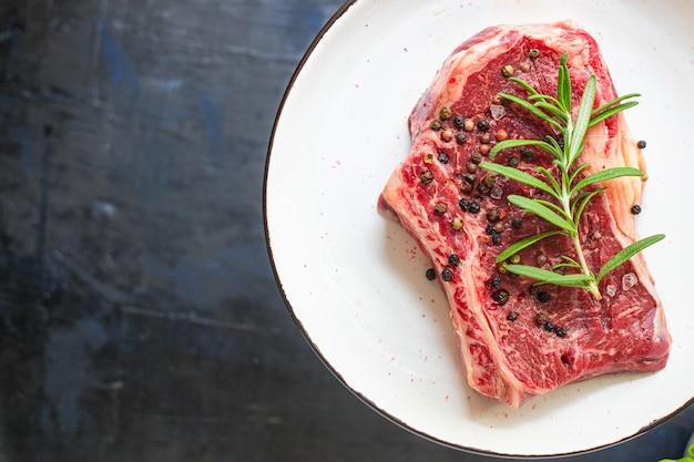 Bife cru fresco lombo carne bovina suculenta na mesa tamanho da porção