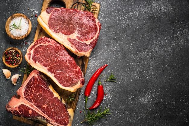 Bife da carne crua na vista superior preta.
