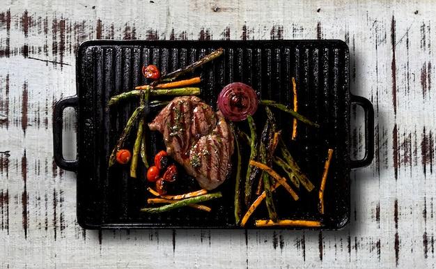 Bife de ancho com legumes grelhados na grelha