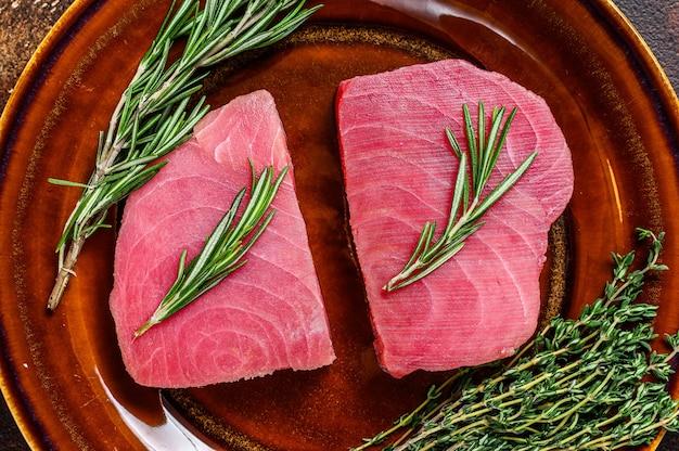 Bife de atum cru fresco com alecrim