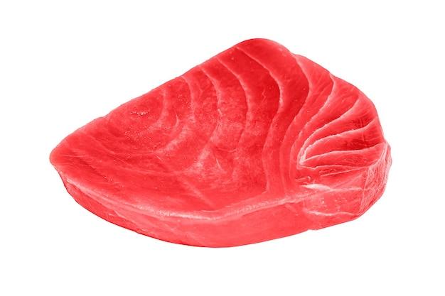 Bife de atum cru fresco isolado no fundo branco.