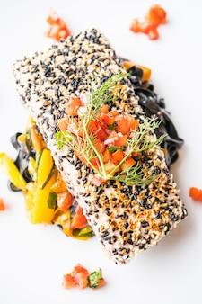 Bife de atum grelhado com macarrão e legumes