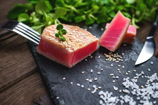 Bife de atum grelhado salada verde close-up