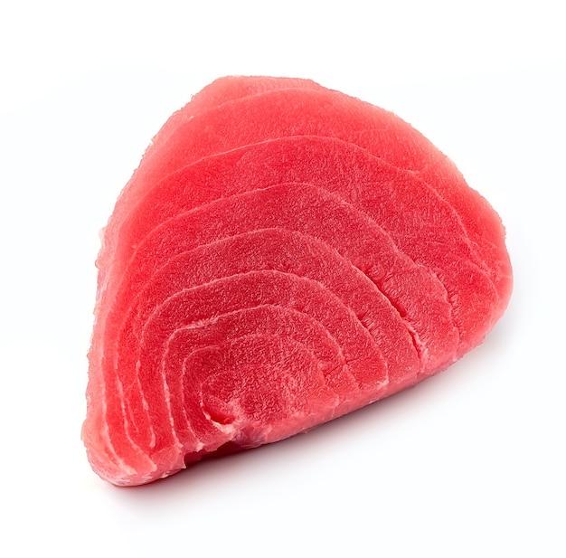 Bife de atum isolado no fundo branco.