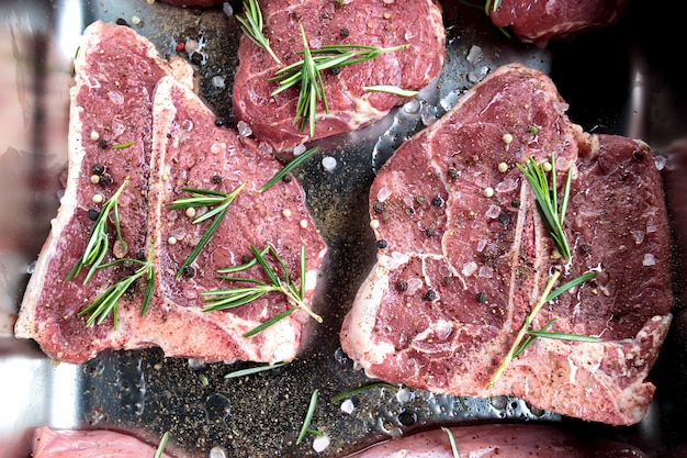Bife de bife carne de vitela crua. angus tbone envelhecido para churrasco