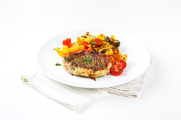 Bife de carne assada com legumes