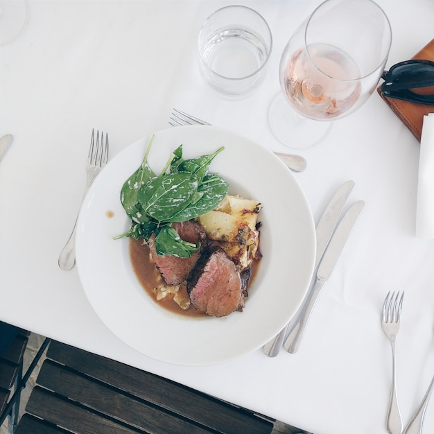 Bife de carne com espinafre e batatas
