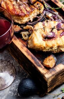 Bife de carne com figos